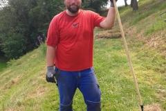 Frank beim Vorbereiten, um das Gras aufzuladen